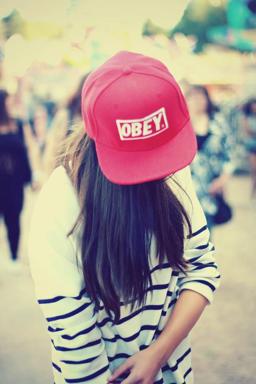 Девушка в кепке на аву