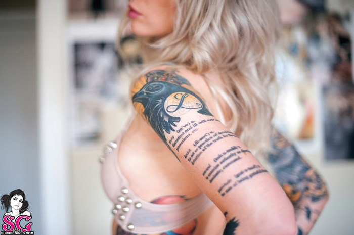 Fascinating blonde babe Hollie Hatton is revealing her tattoos № 348085  скачать