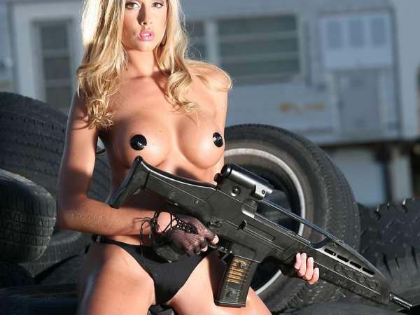 porno-blondinka-s-pistoletom