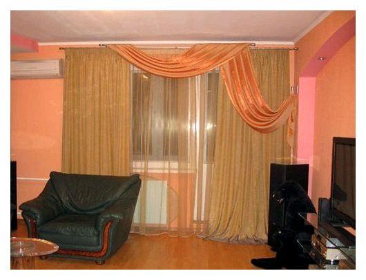 Выбираем шторы для спальни с балконом