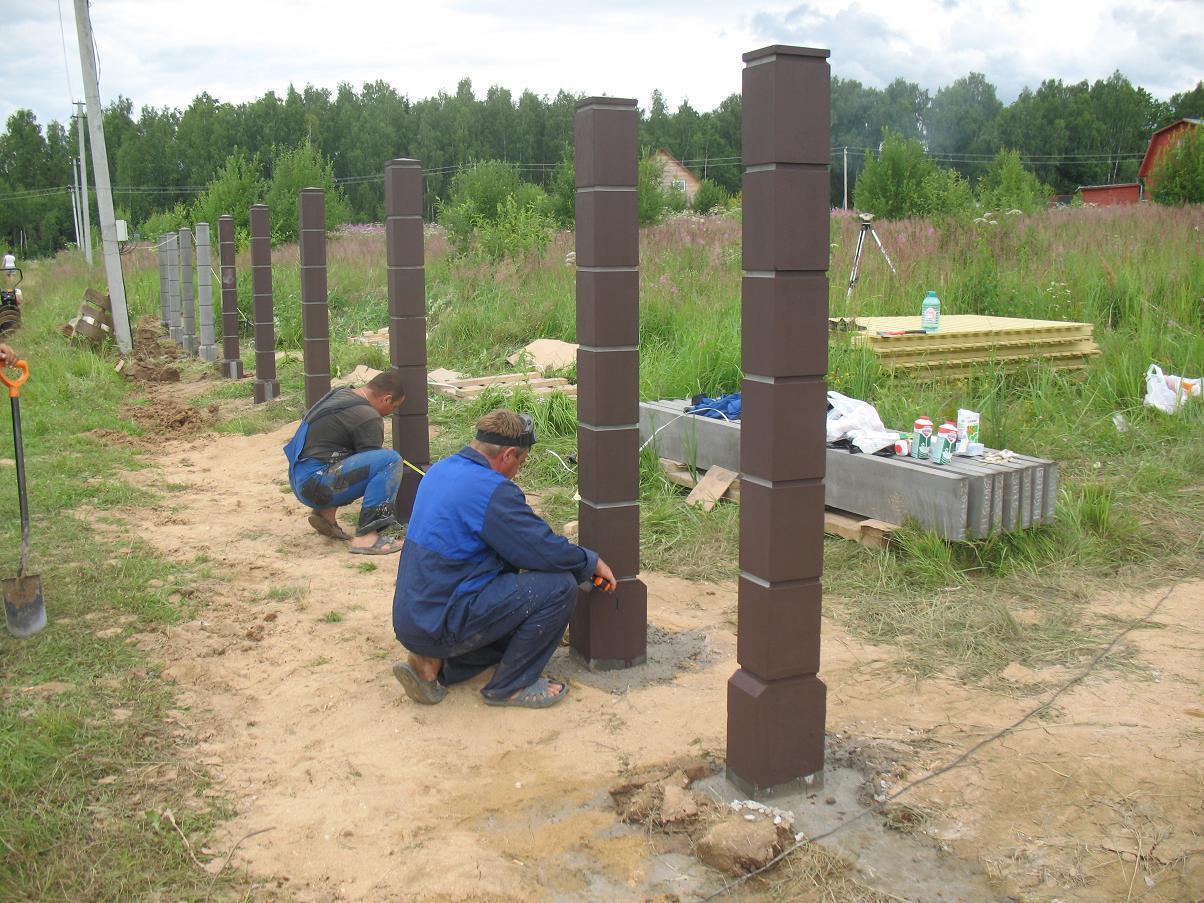 Монтаж металлических столбов для забора