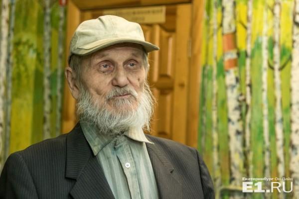 Раскрасил от пола до потолка: в Екатеринбурге 90-летний сторож превратил школу в картинную галерею [Фоторепортаж]